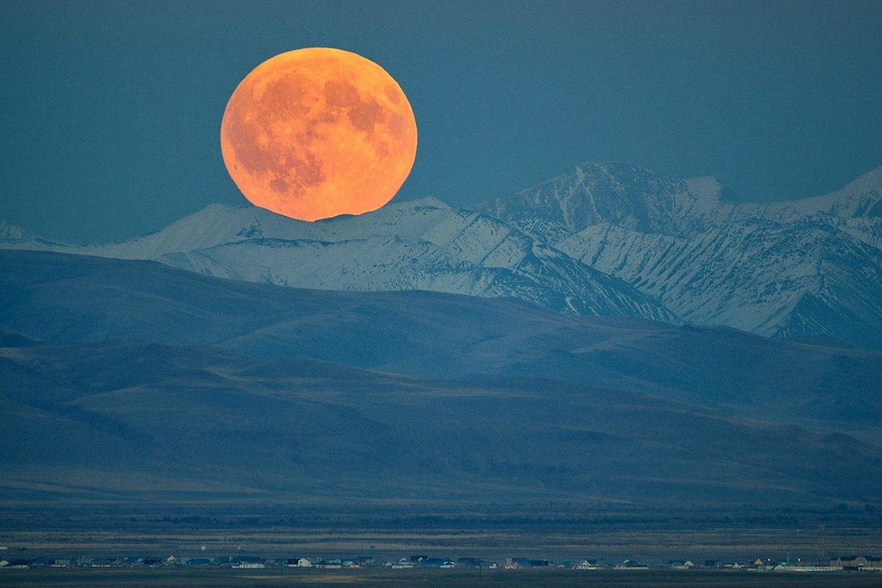 00-svetlana-kaina-full-moon-rising-on-the-edge-of-the-altai-mountains-in-mongolia-2016